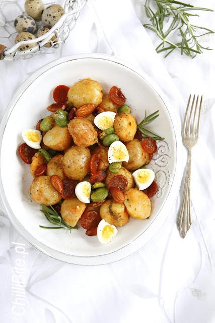sałatka z młodych ziemniaków z bobem, chorizo i jajkiem przepiórczym