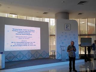 Dr. dr. Aman. B. Pulungan, Sp (A)K memberikan penjelasan