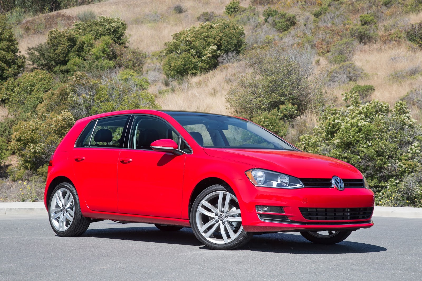 Front 3/4 view of 2016 Volkswagen Golf TSI SEL