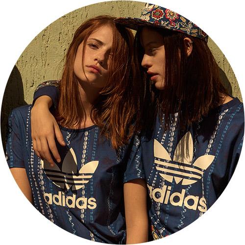Farm e Adidas Originals quinta coleção camiseta, blusa e boné Cirandeira