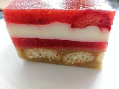 Ciasto na zimno z truskawkami i śmietaną