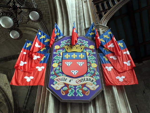 escudos de la catedral de orléans en francia