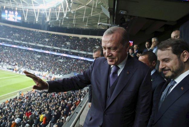 «Απασφάλισε» ο Ερντογάν - Στο χείλος του γκρεμού η τουρκική οικονομία