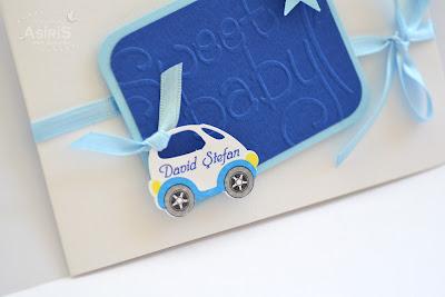 Detalii invitatii botez handmade personalizate cu masinuta si numele bebelusului, funda satin bleu, carton embosat