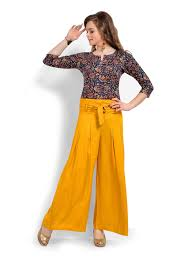 834a7f38064 This outfit can emphasize the fullness of your shape. Considering a short  best to wear with palazzo pants? Length plays a job, you know!