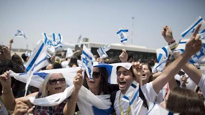 Más de 200 inmigrantes judíos de Francia han llegado este miércoles a Israel, acompañados por un responsable israelí de inmigración. Desde los atentados de Charlie Hebdo y el supermercado Kosher en enero de 2015 se calcula que más de 12.000 seguidores de Yahvé en Francia han hecho las maletas.