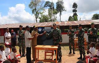 Tepati Janji, Dansatgas Raider 323 Kostrad Lengkapi Meja Kursi SD Persiapan Menewa di Perbatasan