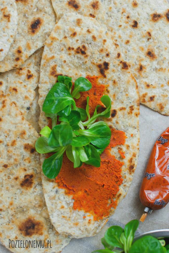 Podpłomyki owsiane z makiem i pastą pomidorowo-paprykową
