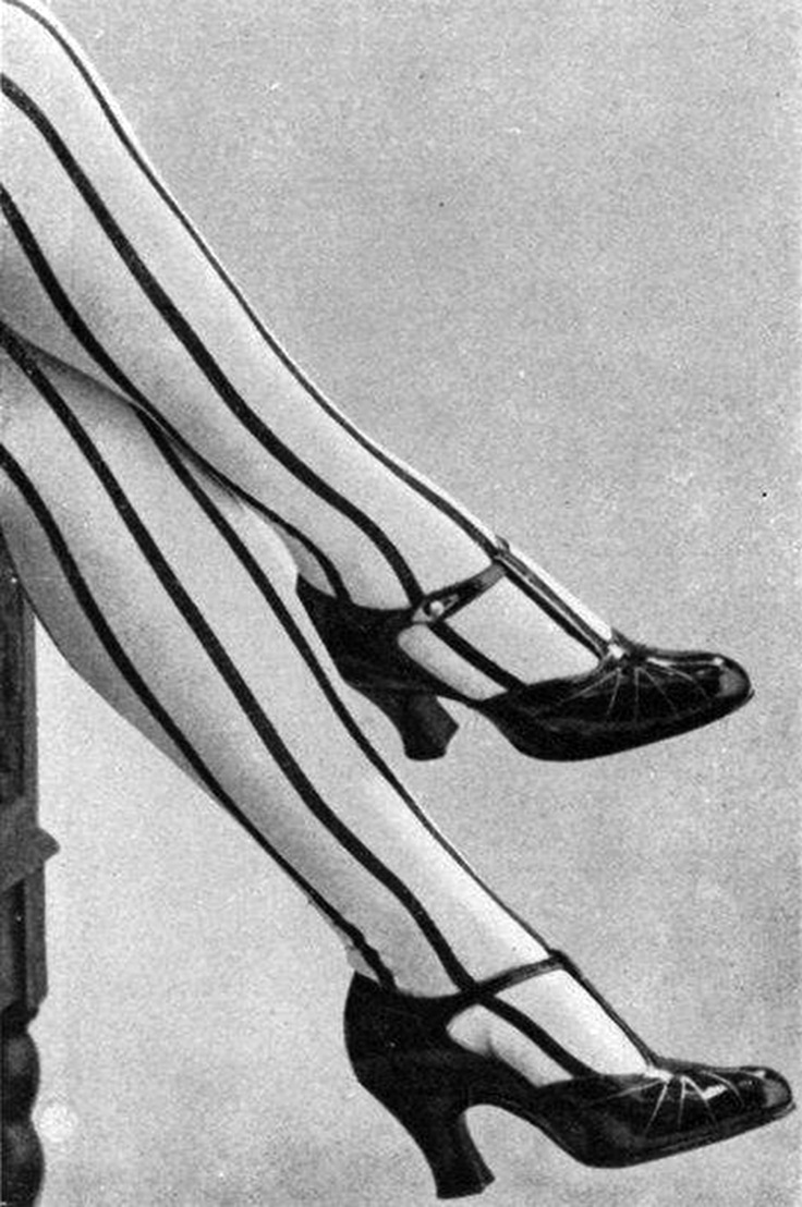 22 Fabulous Vintage Photos Of Shoes And Hosiery Fashions -2379