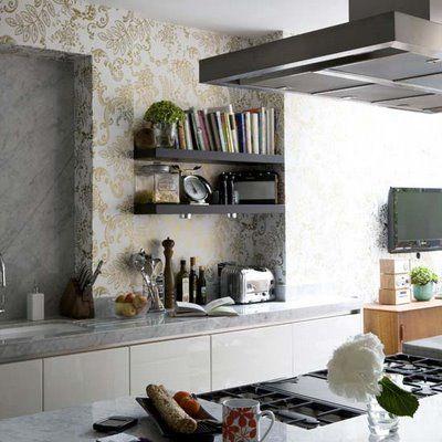 cozinha com prateleira  madeira escura armarios brancos papel de parede