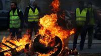 """A manifestação realizada pelos """"coletes amarelos"""" contra o aumento do preço dos combustíveis iniciada ontem(17) foi retomada neste domingo (18) com bloqueios e barreiras na Normandia e em outras regiões da França."""