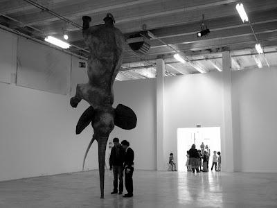 Escultura extraña de elefante fuera de lo común