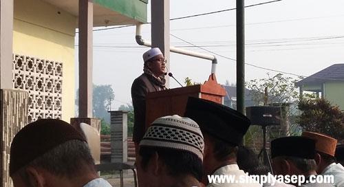 HIKMAH BERQURBAN : Drs.H.M Ismail Kasim selaku Imam sekaligus Khatib dalam pelaksanaan Sholat Iedul Adha di Halaman utama Masjid Babussalam Duta Bandara Kubu Raya tadi pagi (22 Agustus 2018)  Photo Asep Haryono
