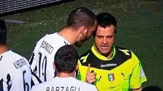 Bonucci mentre urla nell'orecchio a Rizzoli