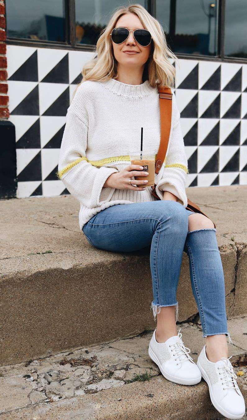 casual style addict / skinnies + white sneakers + bag + sweater