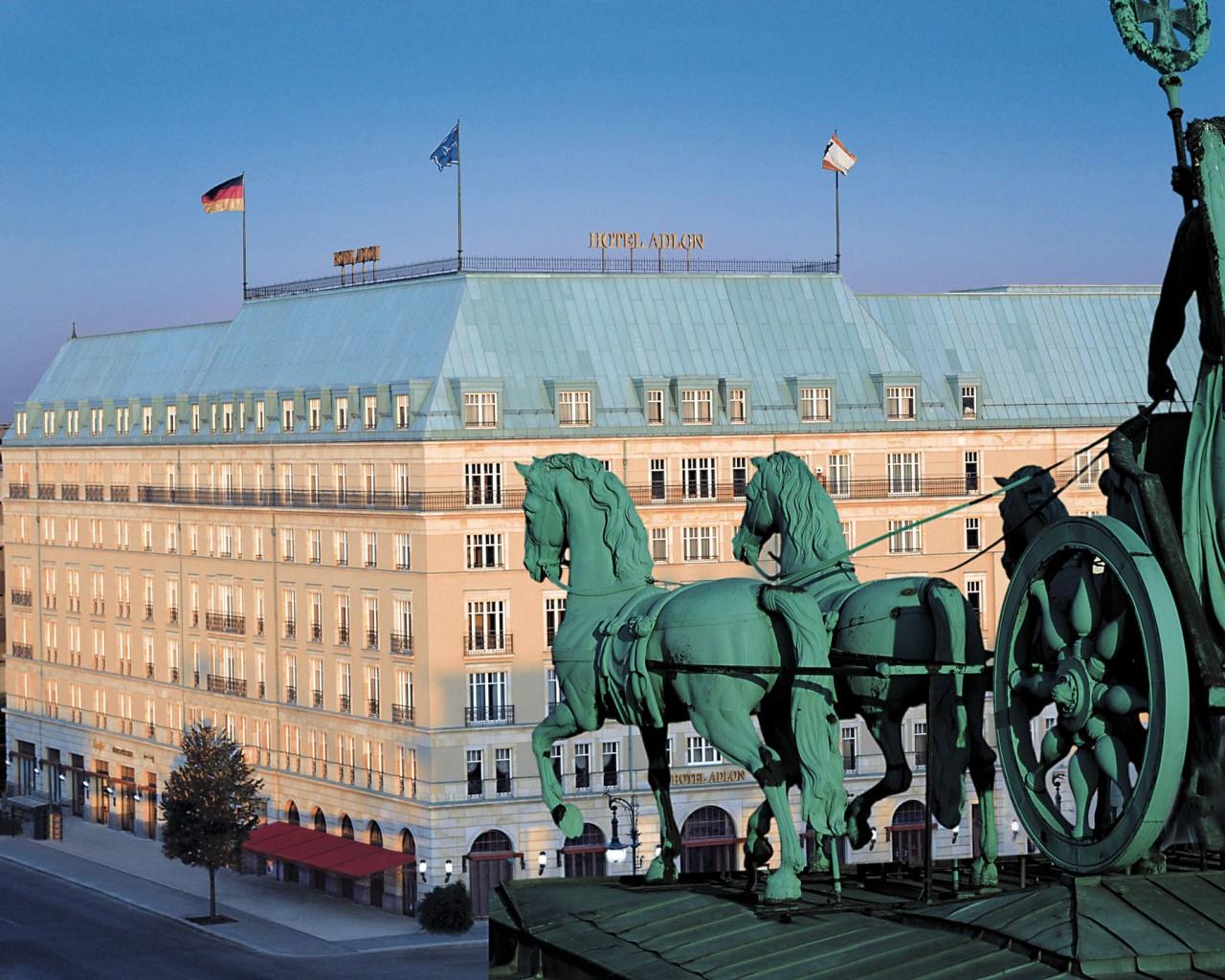 816890a2e1 自1907年開幕以來,柏林的阿德羅恩酒店(Hotel Adlon  Berlin)[註27]傳奇地復活了,不幸的是它於1945年被摧毀,它可說是柏林的象徵。這座豪華的酒店冠蓋雲集,吸引了 ...