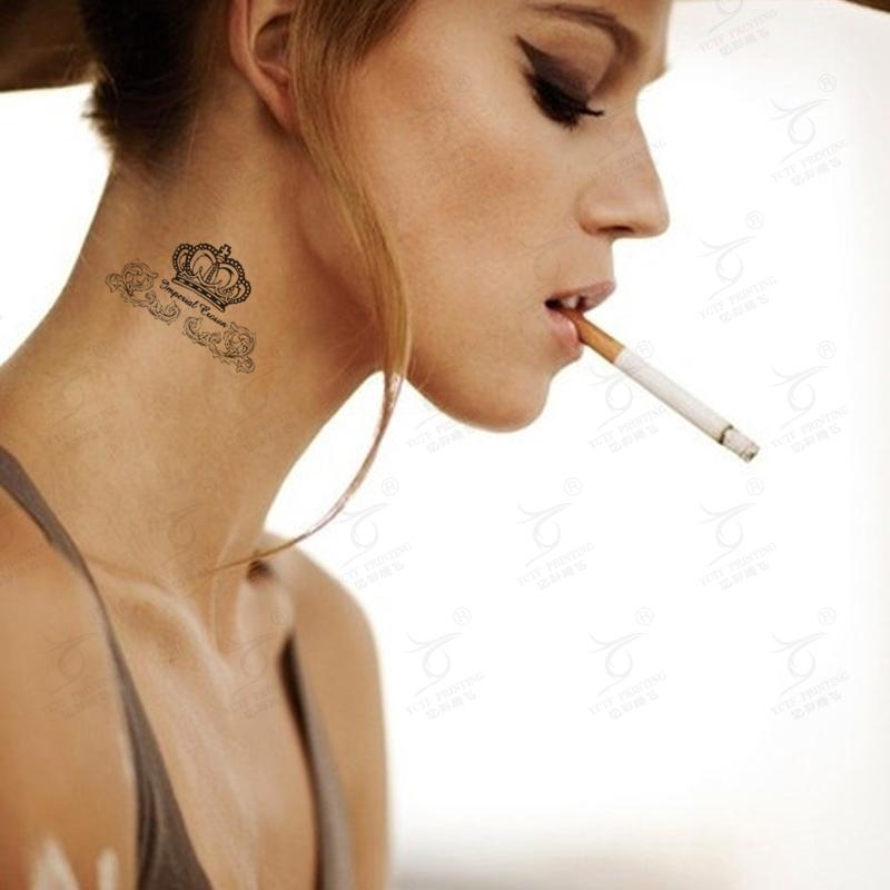 Una preciosa modelo nos enseña sus tatuajes de moda, tatujes tendencia en los ultimos años que son tatuajes pequeños y delicados
