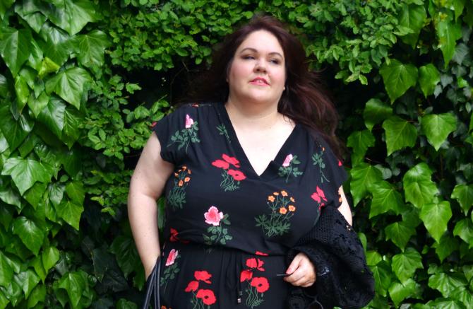 outfit plus size curvy con jumpsuit a fiori, sandali rossi e giacca in pizzo