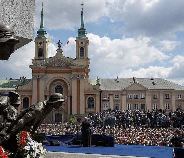 O elogio da resistência às agressões russas e à luta por Deus e pela família entusiasmou os poloneses