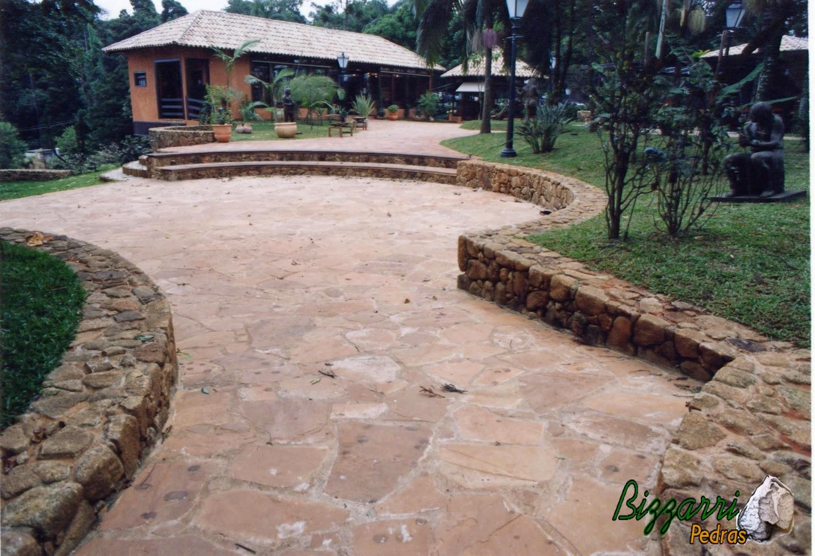 Execução do calçamento de pedra rústica com cacão de São Carlos no anfiteatro na Casa da Fazenda Morumbi com os muros de pedra e a escada de pedra.