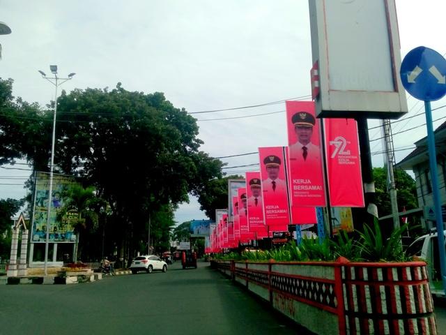 Jejeran 17 baliho penyambutan Dirgahayu RI Ke-72, di pulau jalan, Jalan Sudirman sudut Lapangan Haji Adam Malik, Pematangsiantar, Rabu 9/8/2017