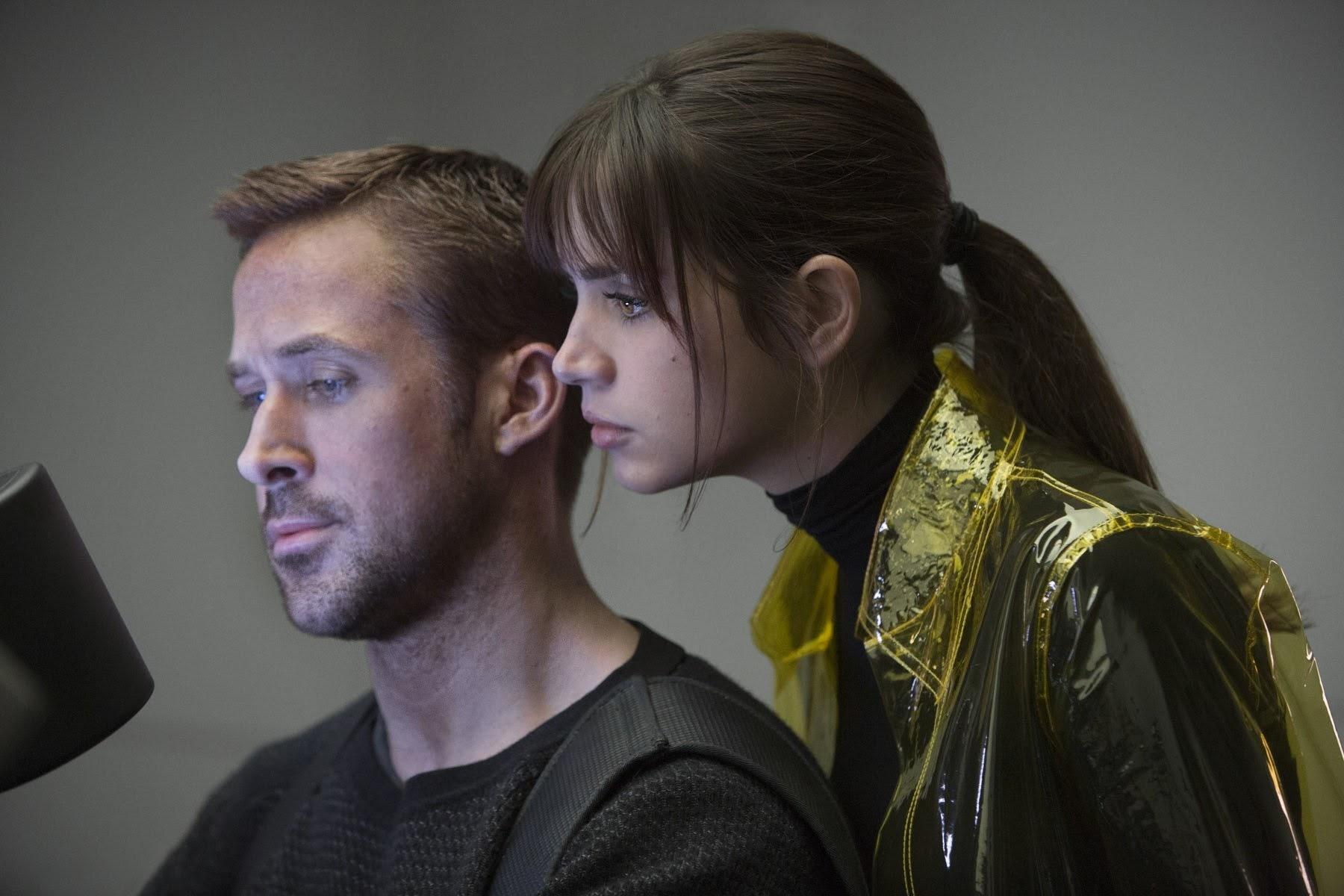 「ラ・ラ・ランド」(2016年)のライアン・ゴズリングが演じるロス市警のブレードランナーの K  と、「ノック・ノック」(2015年)のセクシーなアナ・デ・アルマスを大