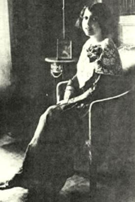 Foto de María Monvel posando sentada y cabello corto