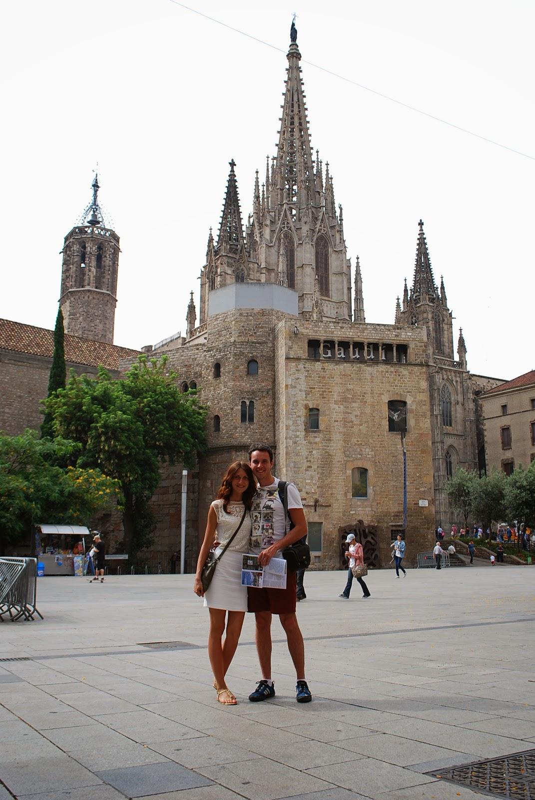 На фоне собора св. Креста и св. Евлалии, Барселона, Каталония, Испания. La Catedral de la Santa Cruz y Santa Eulalia, Barcelona, Catalonia, Spain