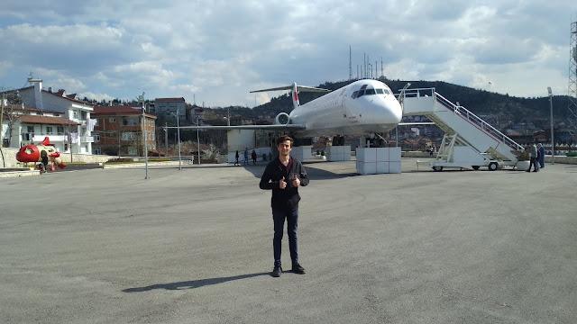 Harun İstenci Boeing 717 tipi yolcu uçağının önünde. Kastamonu - Nisan 2019