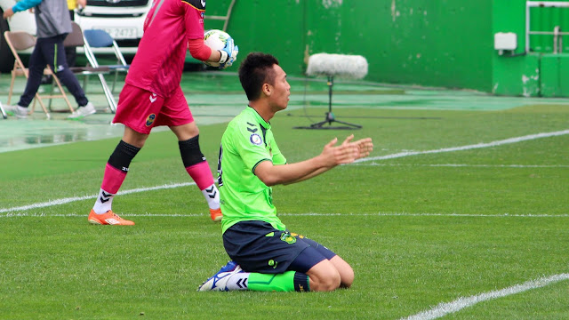 Jeonbuk Hyundai Motors' Kim Shin-wook protests for a weak penalty claim against Incheon United as his side labours to yet another uninspiring draw (Photo Credit: Howard Cheng)