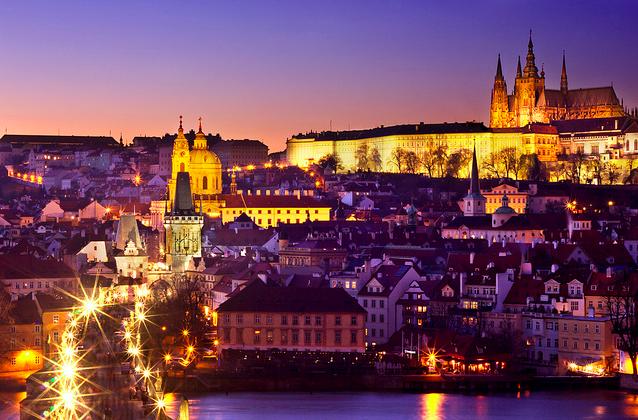 La hermosa ciudad de Praga en la noche