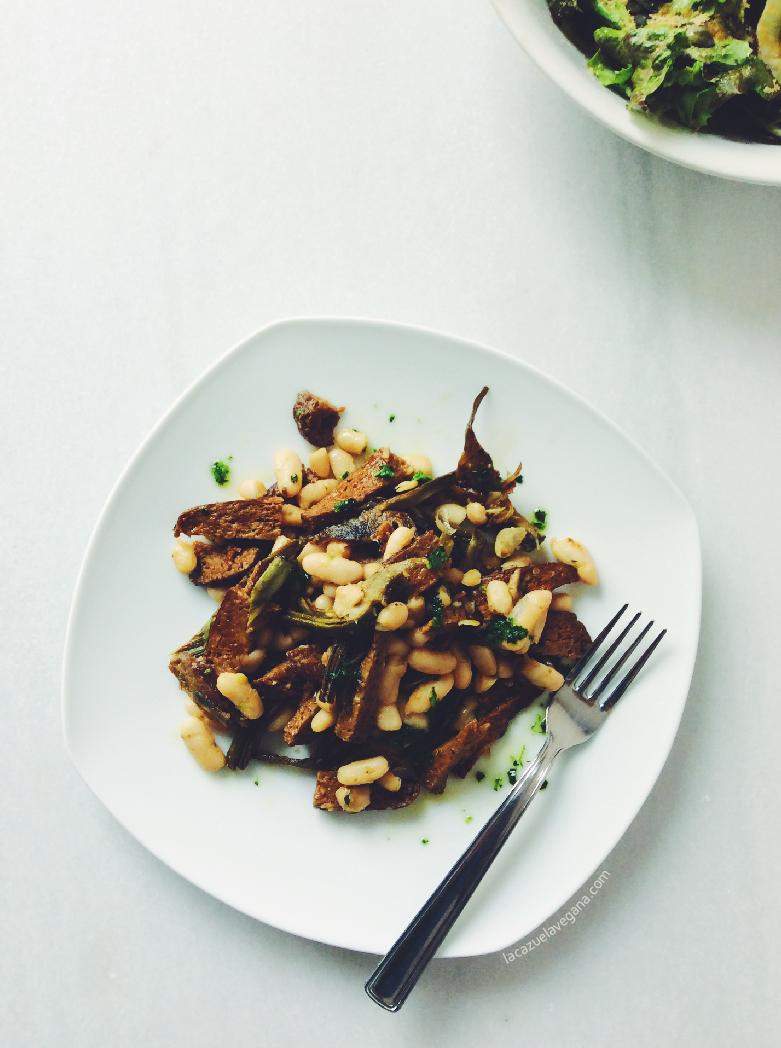 Alubias salteadas con seitán y alcachofas
