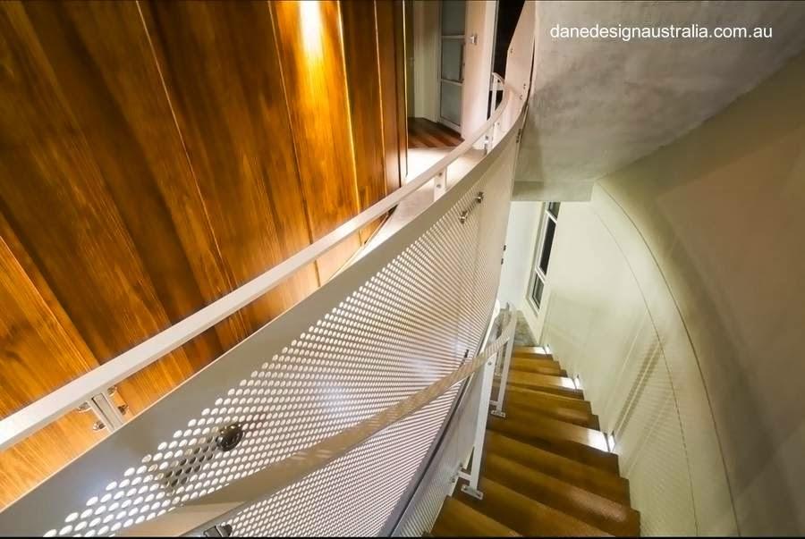 Escalera curva en el interior de la casa de playa australiana