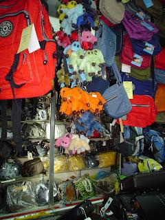 Comprando complementos en Mercado Ben Thanh. Ho Chi Minh. Vietnam