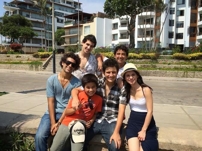647202244 Albert Espinosa, creador de la miniserie, se encuentra contento por el  estreno de Pulseras Rojas, versión peruana, y mandó un vídeo en el cual  saluda a los ...