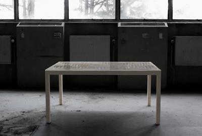 Diseño de mesa con laberinto en su interior para decoración