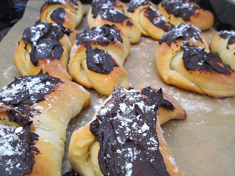 Proste i pyszne drożdżowe rogaliki z konfiturą i czekoladą