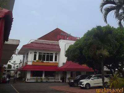 Ini adalah foto Hotel Pelangi Malang tampak depan dengan tempat parkir mobil. Foto dipotret oleh Malangotel.