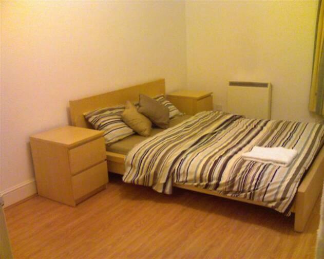 laminaat houten vloeren of andere hardere soorten vloerbedekking zijn natuurlijk ook uitstekend geschikt voor in de slaapkamer zeker wanneer deze van