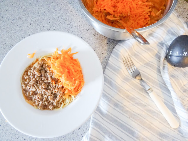 Ruoka, jauhelihakastike, spagetti, porkkanaraaste, musta munakello