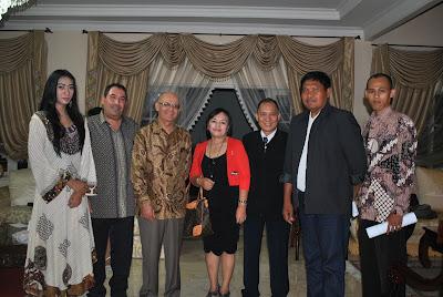 Foto dari Kiri Ke Kanan : Putri (Duta PPWI), Dubes Maroko, Olga Sukeon (anggota PPWI), Wilson Lalengke (Ketum PPWI), Letkol (cpm) I Wayan Sudama  (anggota Kehormatan PPWI), Syaefudin (Pemimpin Redaksi Indonesia Media Center)