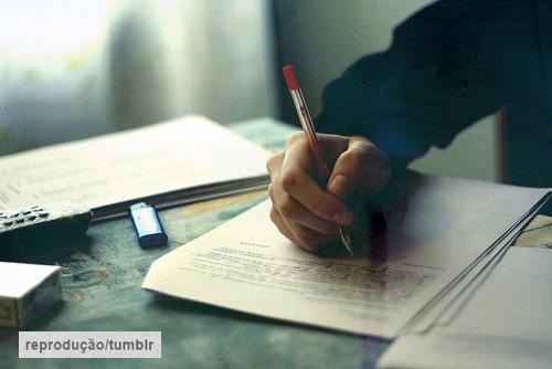 quase perfeito, menino escrevendo carta tumblr