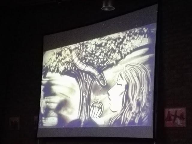 Zandschilderij van de zandprinses: eva en de slang.