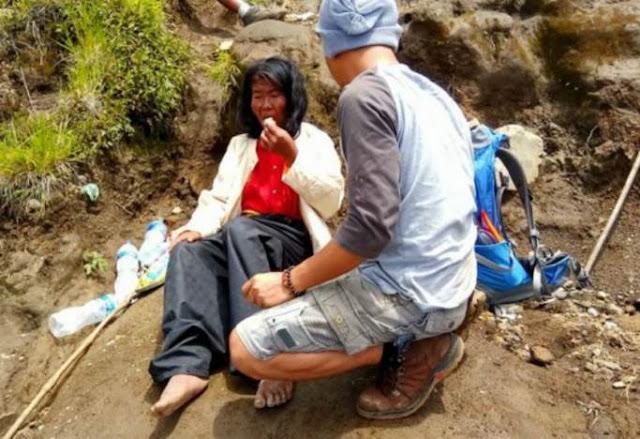 Dibuang Keluarganya Di Gunung Ceremai, Kondisi Ibu Ini Sangat Mengenaskan