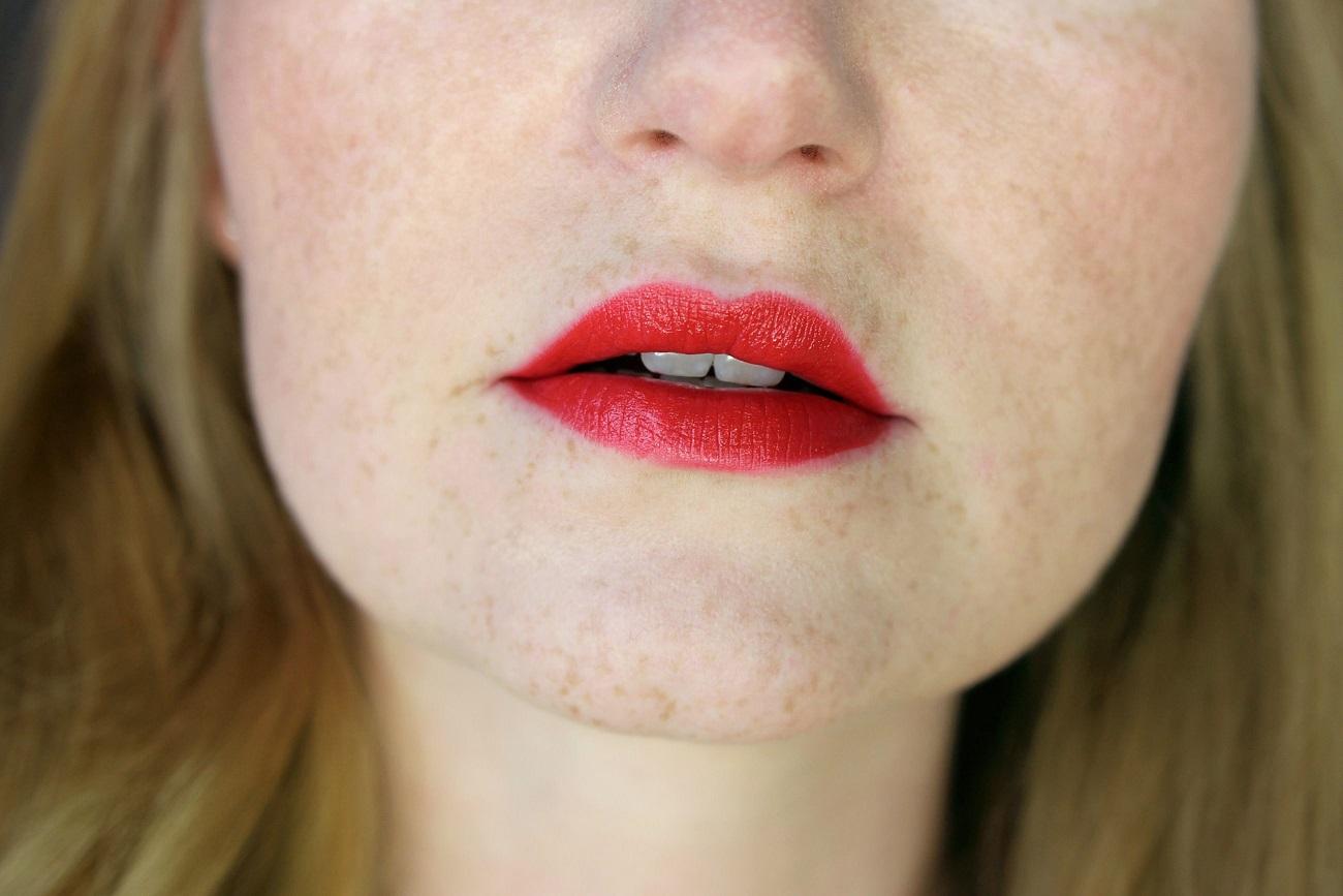 2016, drogerie, essence, intensive farbe, lip colour, lippenprodukte, lippenstift, lipstick, matt, matter lippenstift, mattes finish, neues sortiment, review, swatches, tragebilder, trendfarben, velvet stick,