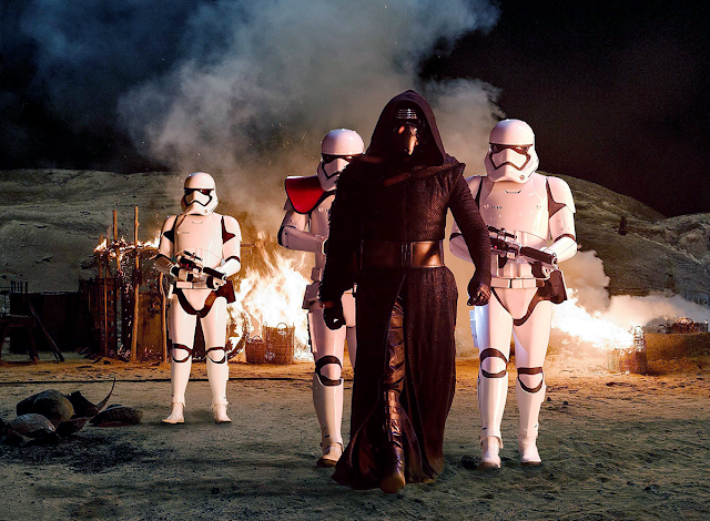 Kylo Ren şi gaşca lui de Stromtroopers în Star Wars: The Force Awakens