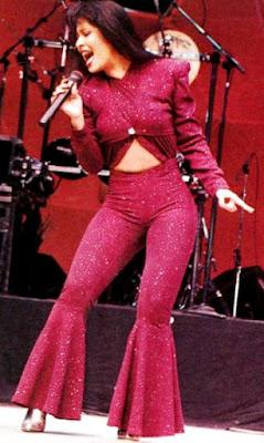 Foto de Selena entregando todo en el escenario