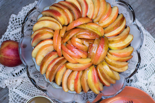 Fluffiger Apfelkuchen mit warmer Brandy-Karamell-Soße
