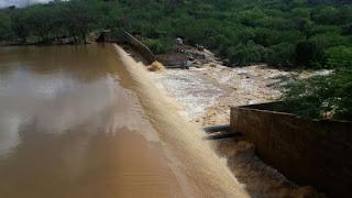 Açude São José, em Monteiro, sangra após chuva de 109 mm