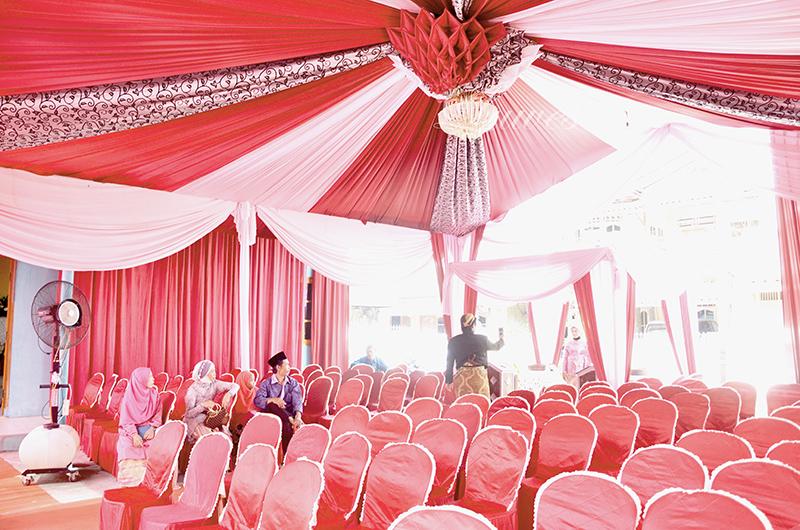 Tenda pernikahan dekorasi dengan list batik